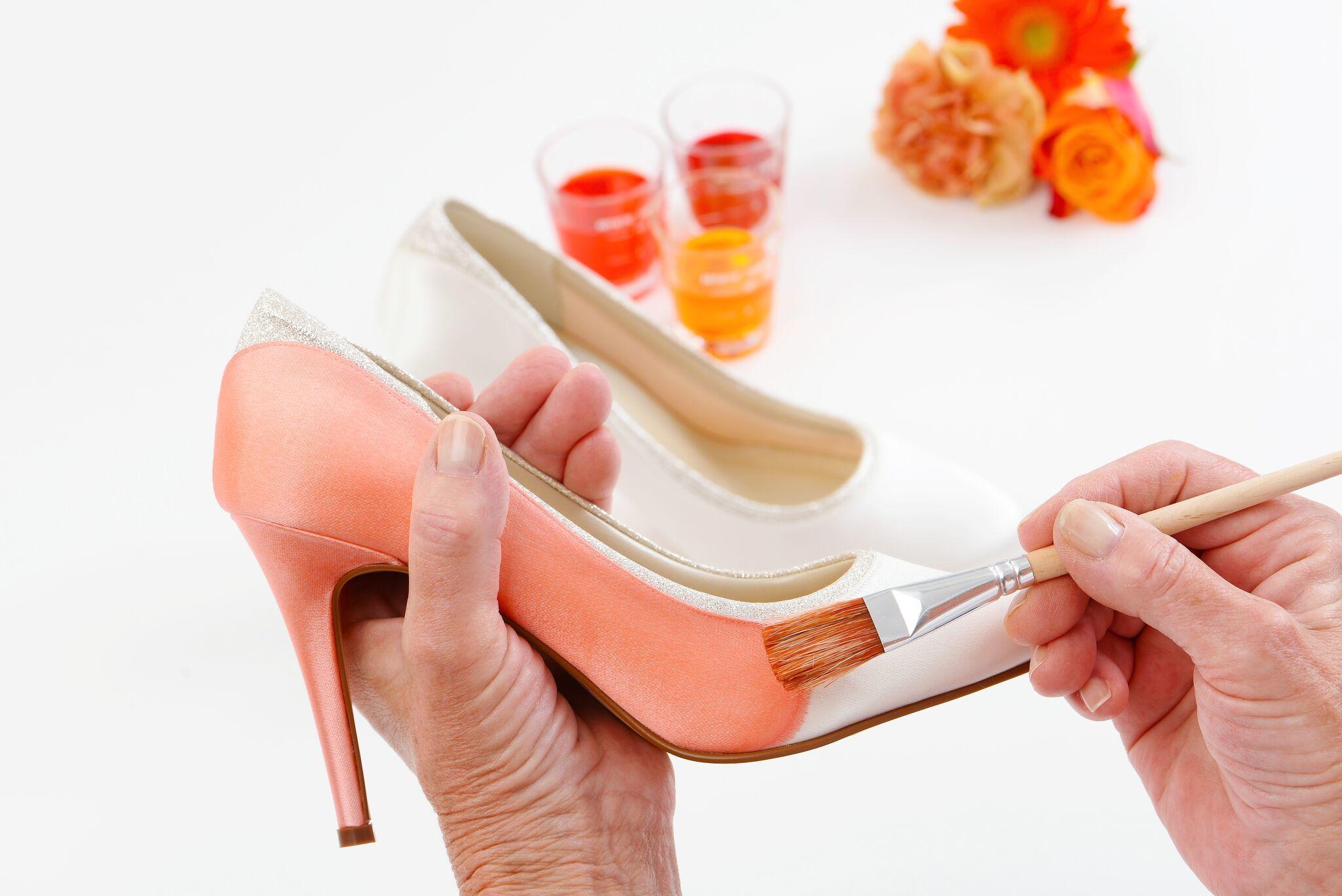 wit satijnen schoenen verven