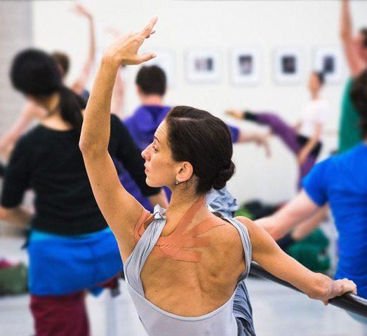 balletdanseres met kt tape